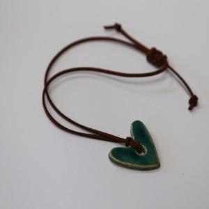 Pingente em cerâmica  – coração com fio de pele