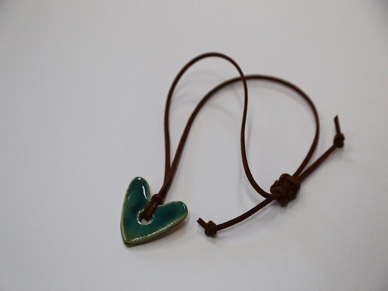 Pingente cerâmica - coração com fio de pele