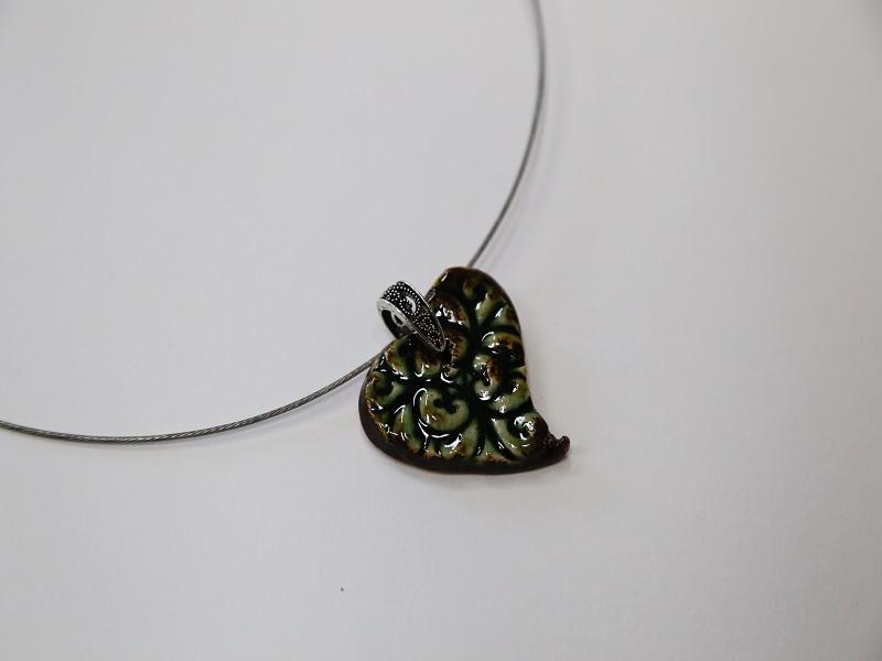 Pingente de cerâmica em fio metálico
